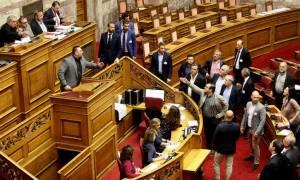 Χαμός στη Βουλή: Παραλίγο να πέσει ξύλο με χρυσαυγίτες βουλευτές