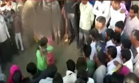 Βίντεο Σοκ: Απατημένος σύζυγος μαστιγώνει δημοσίως τη γυναίκα του και το πλήθος επευφημεί