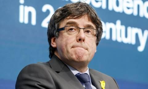 Ισπανία: Εντάλματα σύλληψης σε βάρος του Πουτζντεμόν και άλλων πέντε Καταλανών αυτονομιστών