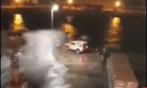 Καιρός: Εντυπωσιακό βίντεο από Κυκλάδες - Τα κύματα «έπνιξαν» τα λιμάνια (vid)