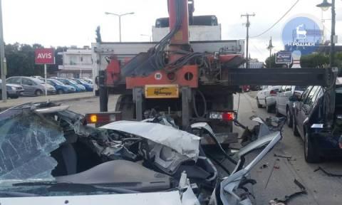 Απίστευτες εικόνες: Γερανός «θέρισε» εννέα αυτοκίνητα στη Ρόδο (pics+vid)