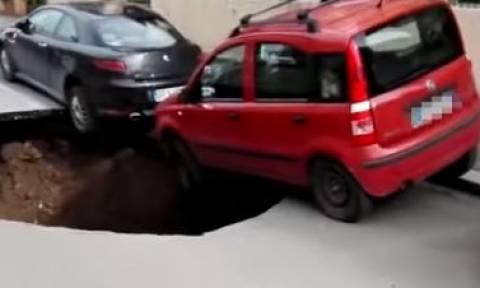 Άνοιξε η γη! Τεράστια λακκούβα στη μέση του δρόμου - Από τύχη δεν υπήρξαν θύματα (vid)