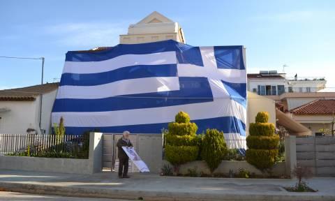 Κάλυψε το σπίτι του με ελληνική σημαία 135 τ.μ. για να συμπαρασταθεί στους δύο Έλληνες αξιωματικούς