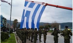 Δέος για την ελληνική σημαία των 350 τ.μ. στην Ηγουμενίτσα (vid)