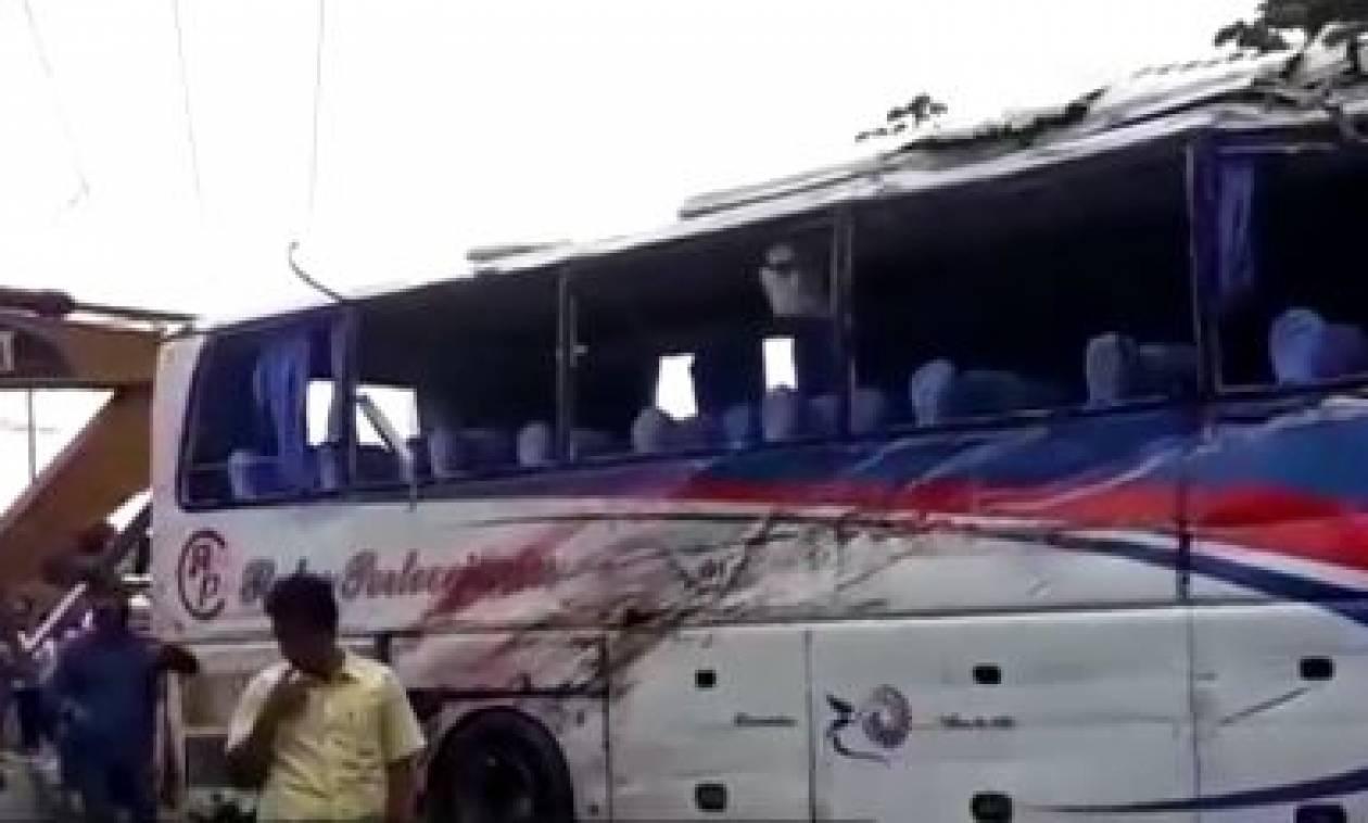 Δώδεκα νεκροί από ανατροπή λεωφορείου στον Ισημερινό (vid)