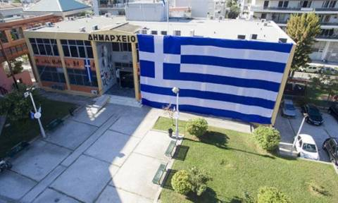 Η γαλανόλευκη σημαία «σκέπασε» το Δημαρχείο Ελληνικού - Αργυρούπολης (video)