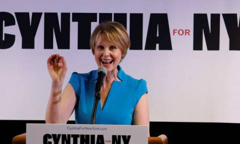 Σίνθια Νίξον: Η Μιράντα του Sex and the City «πήρε το όπλο της» και δίνει «μάχη» για τη Νέα Υόρκη