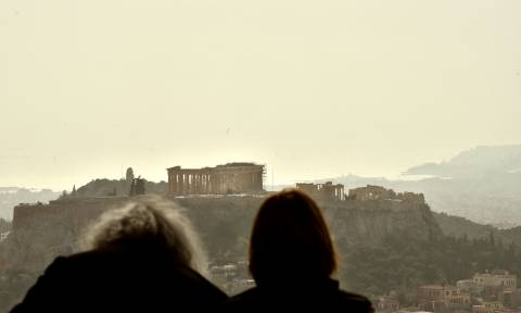 Καιρός: «Κοκκίνισε» ο ουρανός της Αττικής – Αποπνικτική η ατμόσφαιρα από τη σκόνη