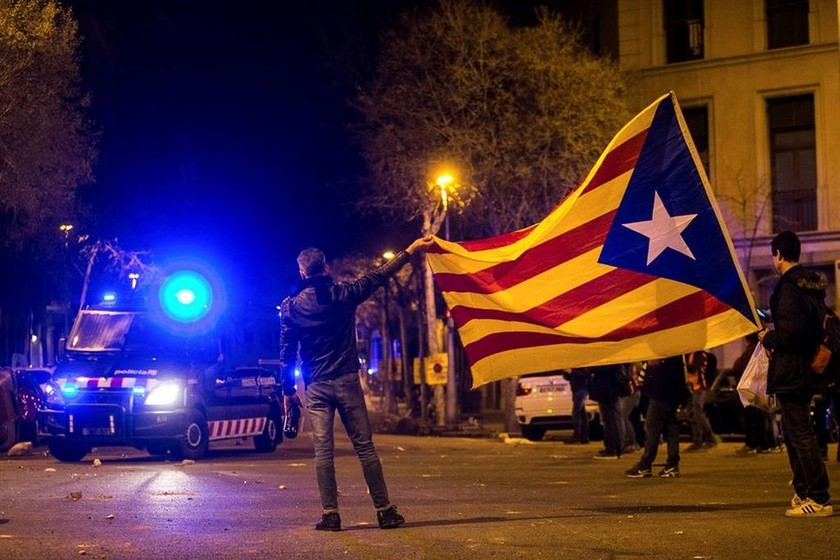 Χάος στην Ισπανία: Διαδηλώσεις και σοβαρά επεισόδια για τη σύλληψη του Πουτζντεμόν (Pics+Vids)