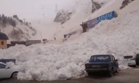 Τρομακτικό βίντεο: Η στιγμή που χιονοστιβάδα καταπλακώνει δεκάδες Ι.Χ.