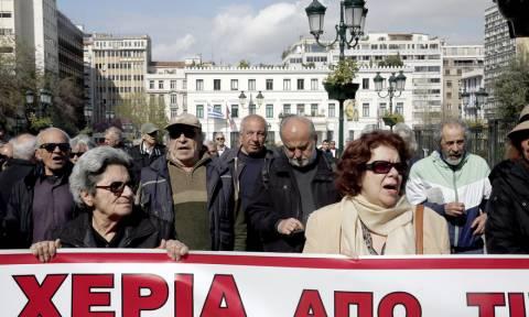 Συγκέντρωση διαμαρτυρίας συμβασιούχων των δήμων έξω από το υπ. Εσωτερικών