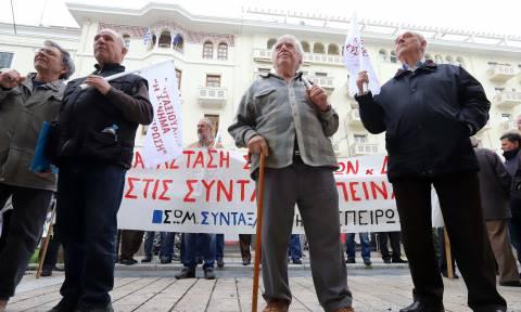 Θεσσαλονίκη: Διαμαρτυρία συνταξιούχων έξω από τα γραφεία του ΕΦΚΑ