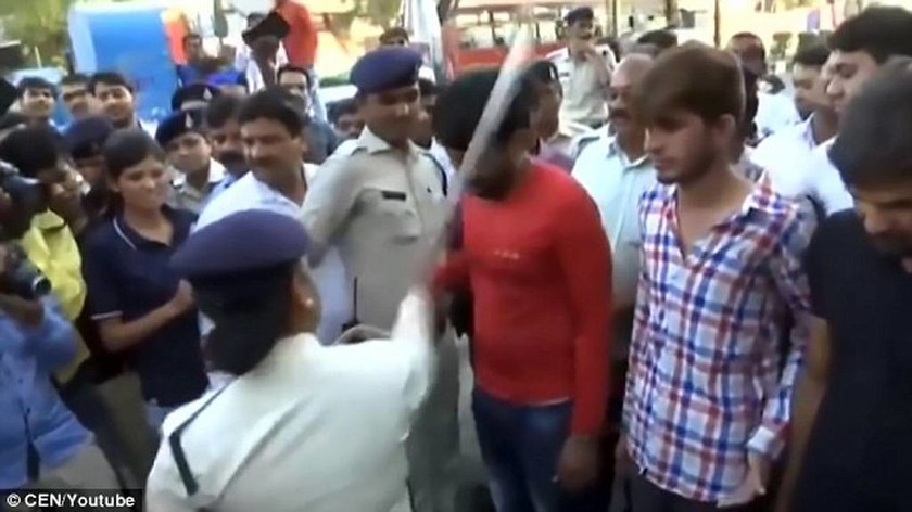 Βίντεο: Οργισμένο πλήθος «τιμωρεί» τους τέσσερις βιαστές 20χρονης