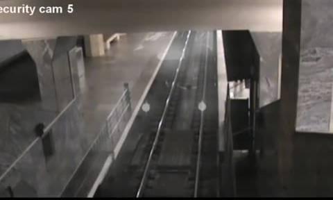 Οι ελεγκτές κυκλοφορίας του μετρό έπαθαν σοκ όταν ξαφνικά είδαν στις κάμερες... (video)