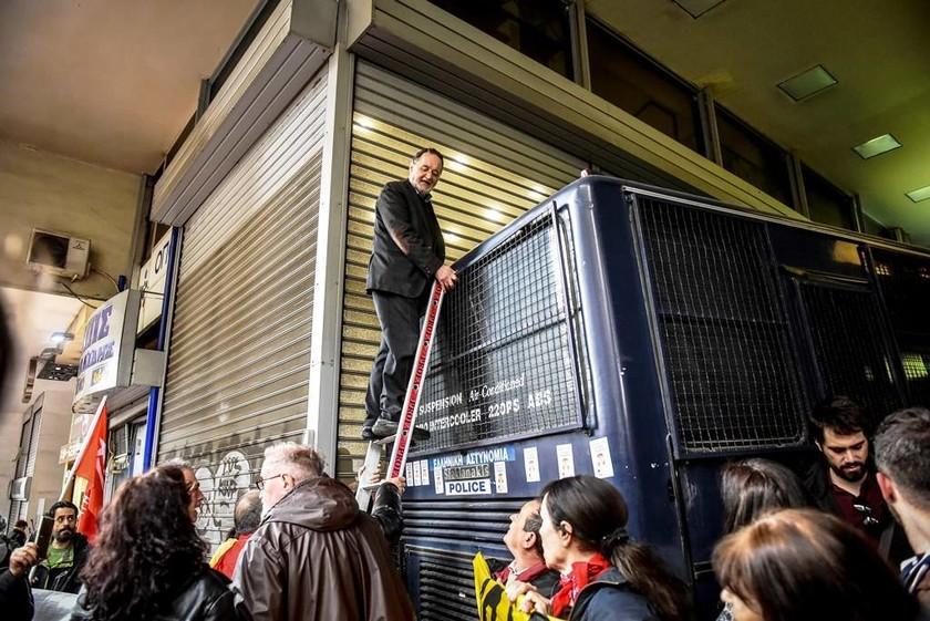 Συγκέντρωση κατά των πλειστηριασμών: Με σκάλα επιχείρησε να ανέβει σε κλούβα των ΜΑΤ ο Λαφαζάνης