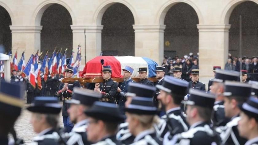«Δάκρυσε» ο πλανήτης: Η Γαλλία αποχαιρέτησε τον ήρωα αξιωματικό Αρνό Μπελτράμ (vids+pics)
