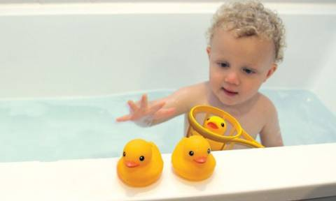 Προσοχή: Επικίνδυνα για τo βρεφικό μπάνιο τα πλαστικά παπάκια!
