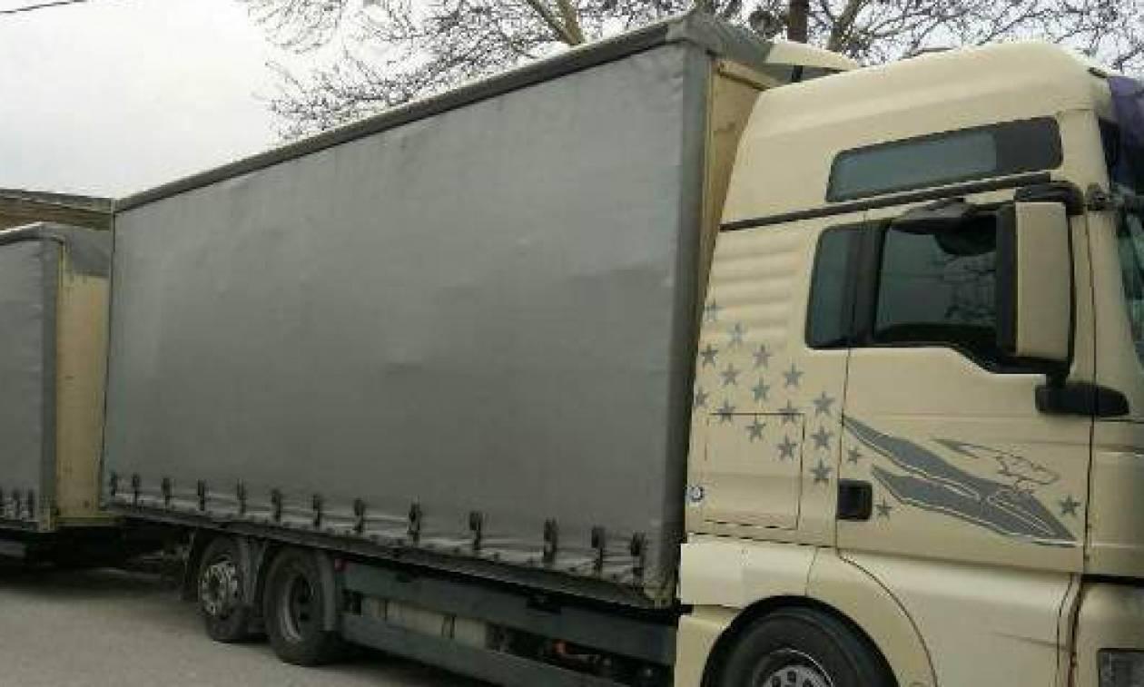 Απίστευτες εικόνες στα Χανιά: Ανετράπη φορτηγό της αμερικανικής βάσης