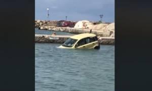 Πάρος: Είδε το αμάξι του να επιπλέει δίπλα στις τράτες! (video)