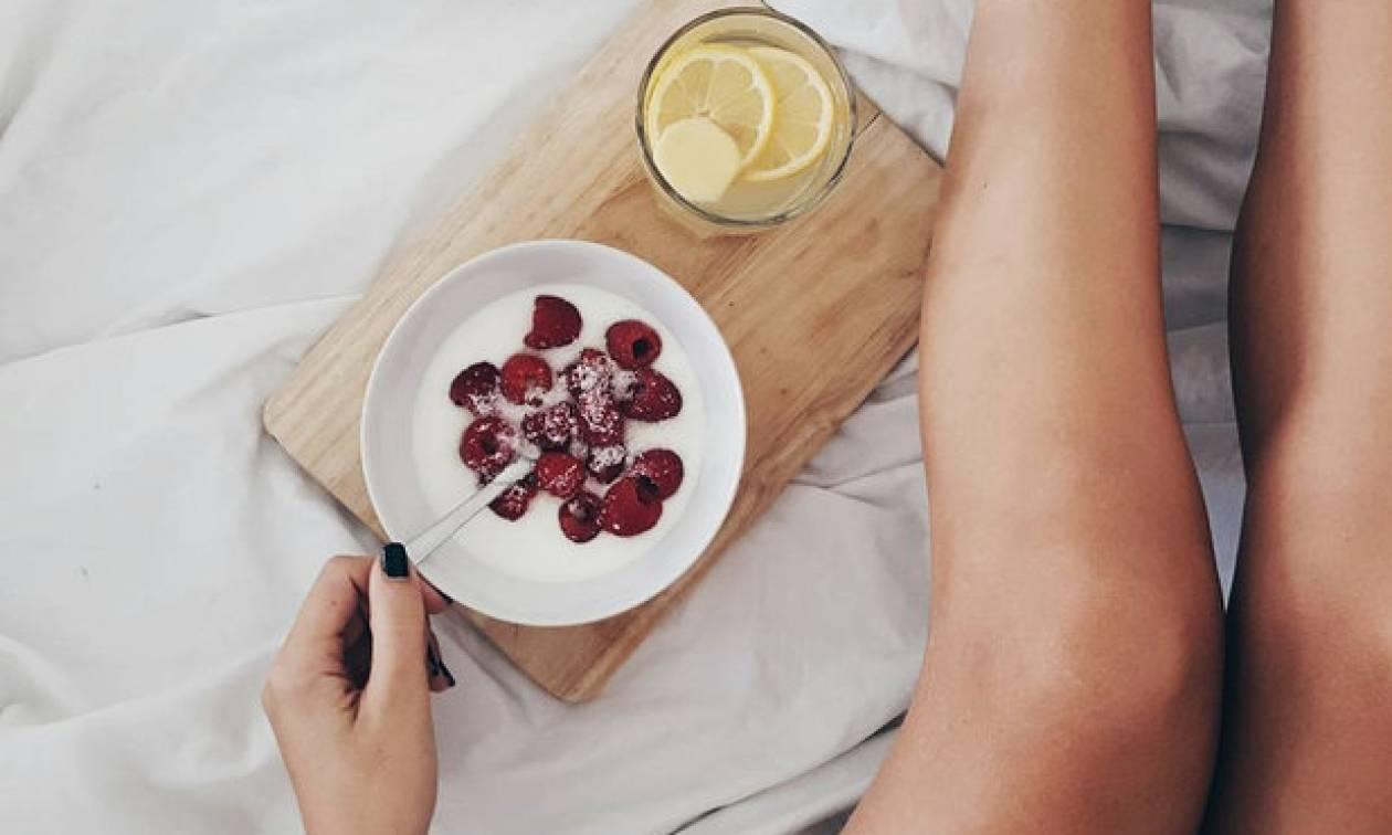 Πρέπει ή δεν πρέπει να πίνεις νερό με λεμόνι με το που ξυπνήσεις;