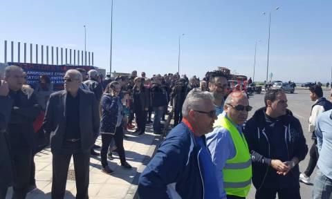 Πάτρα: Συγκέντρωση κατοίκων και αντισυγκέντρωση αντιεξουσιαστών για το προσφυγικό
