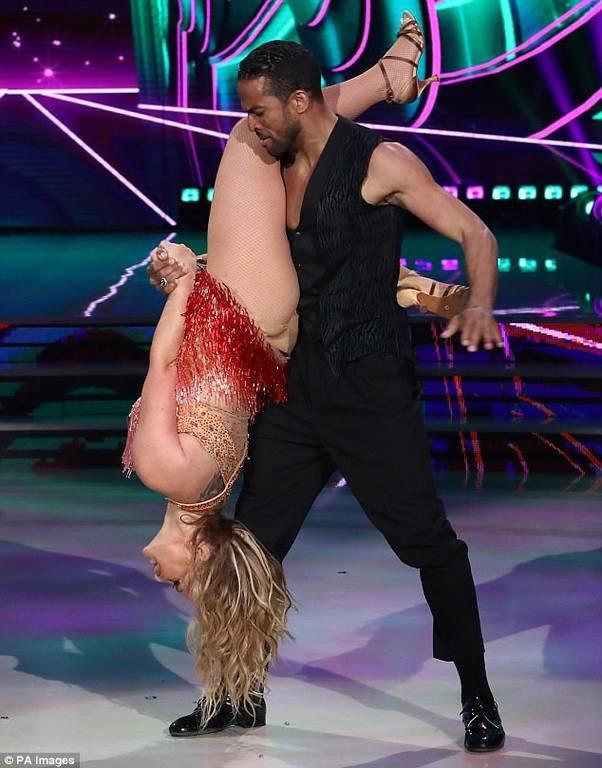 Χαμός στο «Dancing With The Stars»: Πασίγνωστη τραγουδίστρια τα έδειξε… όλα (video+pics)