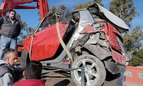 Εικόνες - σοκ στην Κηφισιά: Αυτοκίνητο έπεσε από γέφυρα στις γραμμές του ηλεκτρικού σιδηροδρόμου