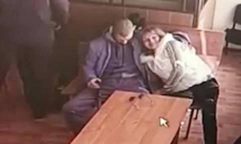 Απίστευτο: Του έκανε στοματικό σεξ μέσα στο δικαστήριο (photo)