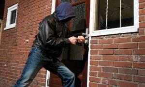 Σάλος με την ανακοίνωση της ΕΛ.ΑΣ: «Αν μπουν ληστές σπίτι σας κάντε ότι κοιμάστε»