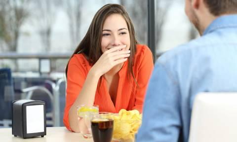 Πώς θα απαλλαγείτε από τη μυρωδιά του σκόρδου και του κρεμμυδιού στην αναπνοή