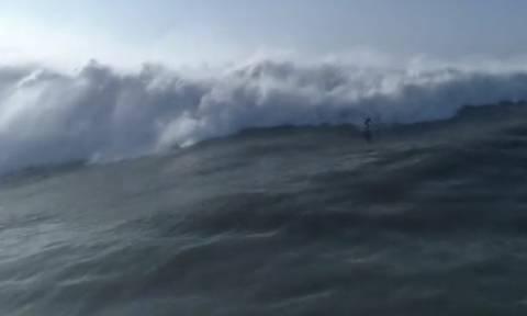Γιγαντιαίο κύμα καταπίνει… αμάσητη κάμερα! (video)