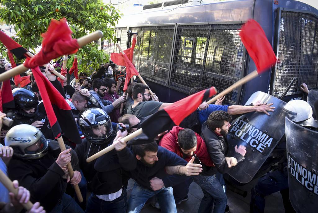 Πανεκπαιδευτικό συλλαλητήριο: Ένταση ΤΩΡΑ στο κέντρο της Αθήνας