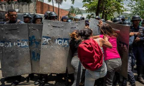 Βενεζουέλα: Πέντε συλλήψεις για τη φονική πυρκαγιά στα κρατητήρια του αρχηγείου της αστυνομίας
