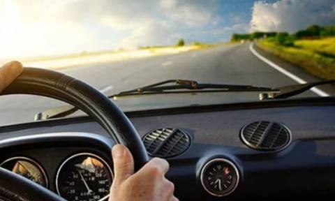 Απίστευτο ατύχημα στη Λάρισα: Έπεσε φανάρι σε αυτοκίνητο με επιβάτες – Εικόνα – ντοκουμέντο