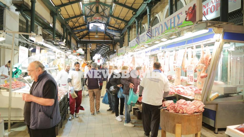 Το Newsbomb.gr στη Βαρβάκειο Αγορά: Οι κρεοπώλες ετοιμάζονται για το Πάσχα