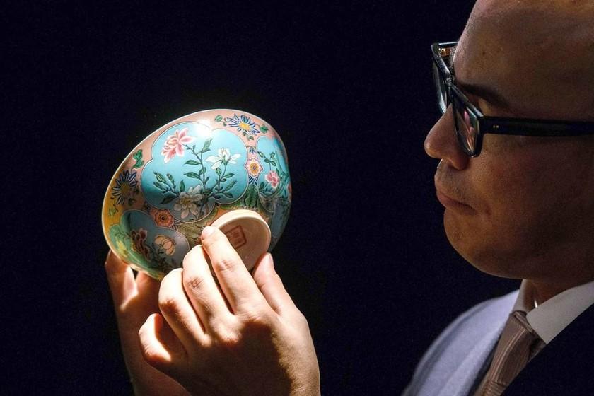 «Μη σου πέσει απ' τα χέρια!»: Μπολ 300 ετών πωλήθηκε στην εξωφρενική τιμή των 25 εκατομμύρια ευρώ