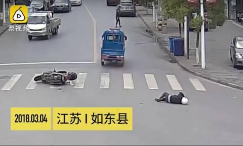 Χτυπάει τον μοτοσυκλετιστή, τον εγκαταλείπει, αλλά τη συνέχεια δεν μπορείς να τη φανταστείς! (vid)