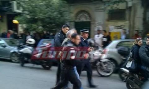 Χαμός στο κέντρο της Πάτρας: Πάρκαρε παράνομα, του πήραν τις πινακίδες και επιτέθηκε σε αστυνομικό!