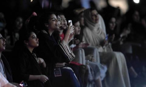 Γυναίκες παρακολούθησαν για πρώτη φορά συναυλία στη Σαουδική Αραβία (pics)