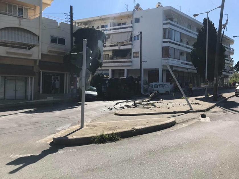 ΕΚΤΑΚΤΟ: Σοκαριστικό τροχαίο με βυτιοφόρο του στρατού στη Ρόδο (pics)