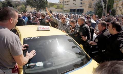 Χαμός στο υπουργείο Μεταφορών: Οδηγοί της Uber προπηλάκισαν ταξιτζή