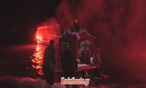 Πάσχα 2018: Μέσα στη θάλασσα η περιφορά του Επιταφίου στο Λουτράκι (vid)