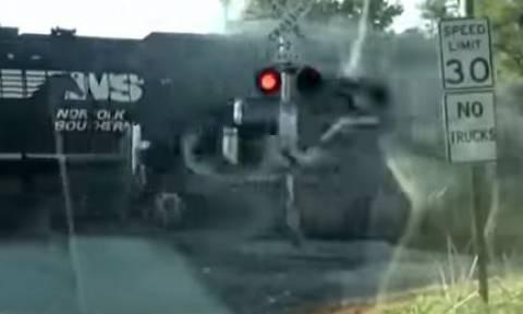 Βίντεο σοκ από την σφοδρή σύγκρουση τρένου με φορτηγό - Tελευταία στιγμή γλίτωσε ο οδηγός