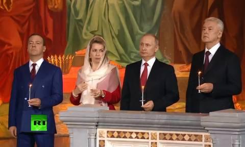 Χριστός Ανέστη: Με ευλάβεια και κατάνυξη Πούτιν και Μεντβέντεφ στην αναστάσιμη Θεία Λειτουργία (Vid)