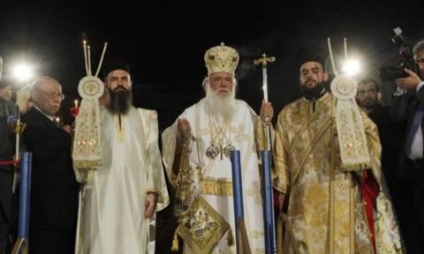 Η συμβολική κίνηση του Ιερώνυμου: Σταμάτησε το Χριστός Ανέστη και έψαλε τον Εθνικό Ύμνο (video)