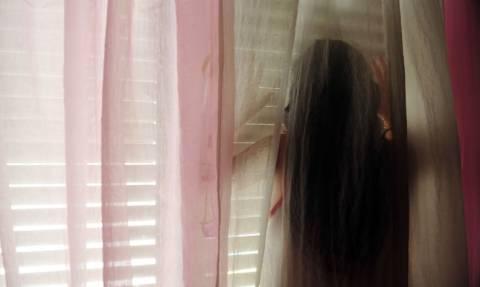 Η απόλυτη φρίκη: Εξαναγκάζουν 12χρονες να κάνουν σεξ με 10 άντρες στη σειρά
