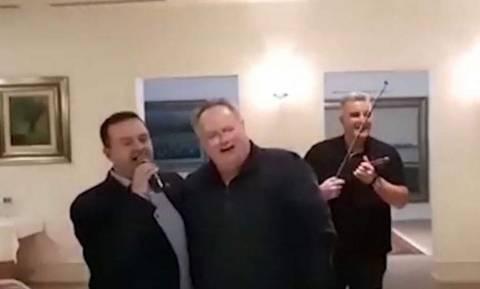 Ο Σέρβος ΥΠΕΞ τραγούδησε στα ελληνικά για τον Νίκο Κοτζιά! (vid)