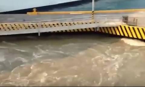 Τρομακτικό ταξίδι! Κρουαζιερόπλοιο πέφτει πάνω σε προβλήτα και τη διαλύει (vid)