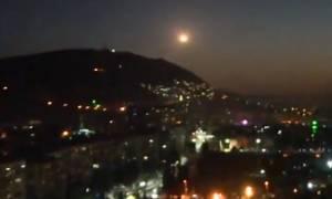 Κόλαση πυρός! Δείτε LIVE εικόνα από τους βομβαρδισμούς στη Συρία
