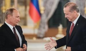 O διπρόσωπος κ. Ερντογάν: Από τη μία «γλύφει» τον Πούτιν και από την άλλη συγχαίρει τον Τραμπ